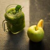 Ma?? do verde da desintoxica??o e suco de vegetais saud?veis fotografia de stock