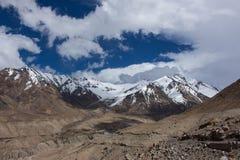Mała droga wielka góra Zdjęcie Royalty Free