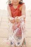 Mała dziewczynka bryzga wodnego ballon obraz stock