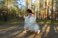 Mała dziewczynka chodzi w lato lesie w sukni Obrazy Stock