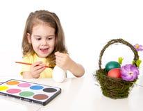 Mała dziewczynka dekoruje tradycyjnego Wielkanocnego jajko Fotografia Royalty Free