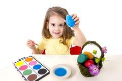 Mała dziewczynka dekoruje tradycyjnego Wielkanocnego jajko Zdjęcia Stock