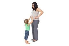 Mała dziewczynka dotyka ona matki dziecka garbek Zdjęcia Royalty Free
