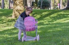 Mała dziewczynka i lale Zdjęcia Royalty Free