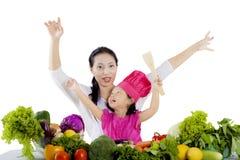 Mała dziewczynka i matka z warzywami na studiu Zdjęcie Royalty Free
