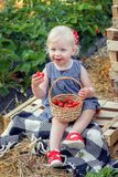 Mała dziewczynka je truskawki Fotografia Stock