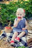 Mała dziewczynka je truskawki Obraz Royalty Free