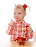 Mała dziewczynka je truskawki Zdjęcie Royalty Free