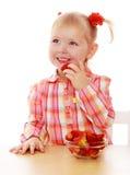 Mała dziewczynka je truskawki Zdjęcie Stock