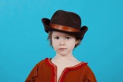Mała dziewczynka jest ubranym kowbojskiego kapelusz Obraz Stock