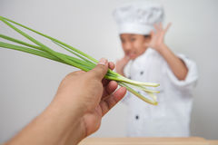 Mała dziewczynka kucharz, dziecko szef kuchni przestraszony warzywa Zdjęcia Royalty Free