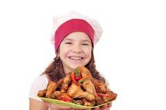 Mała dziewczynka kucharz z kurczaków drumsticks Obraz Royalty Free