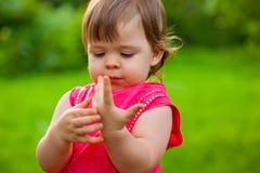 Mała dziewczynka liczy ona palce Zdjęcia Stock