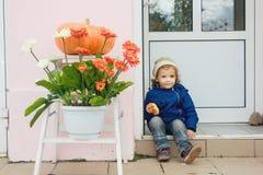 Mała dziewczynka ma lunch na ulicie Obrazy Royalty Free