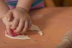 Mała dziewczynka ma zabawy kucharstwo Zdjęcia Royalty Free