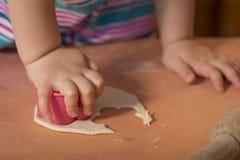 Mała dziewczynka ma zabawy kucharstwo Obraz Royalty Free