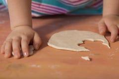 Mała dziewczynka ma zabawy kucharstwo Zdjęcie Stock