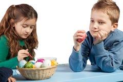 Mała dziewczynka maluje Wielkanocnych jajka Zdjęcia Royalty Free