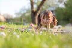 Ma?a dziewczynka marzy w ogr?dzie fotografia royalty free