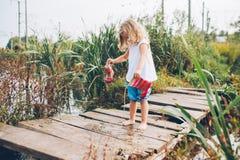 Mała dziewczynka na drewnianym moscie Fotografia Royalty Free