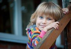 Mała dziewczynka na ganeczku wioska dom Fotografia Royalty Free