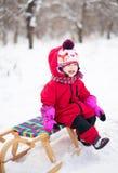 Mała dziewczynka na saniu Zdjęcie Stock