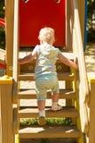 Mała dziewczynka na spacerze w dziecka ` s miasteczku zdjęcie royalty free