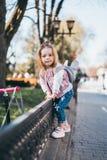 Mała dziewczynka na ulicie Zdjęcia Royalty Free