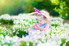 Mała dziewczynka na Wielkanocnego jajka polowaniu Zdjęcia Royalty Free