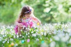 Mała dziewczynka na Wielkanocnego jajka polowaniu Obraz Stock