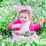 Mała dziewczynka na Wielkanocnego jajka polowaniu Zdjęcie Royalty Free