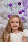 Mała dziewczynka nad jedlinowym drzewem Obraz Royalty Free
