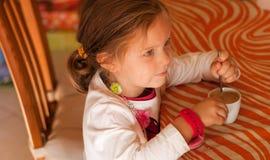 Mała dziewczynka napój Obraz Stock