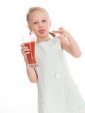 Mała dziewczynka napoju smakowity czerwony pomidorowy sok Obrazy Stock