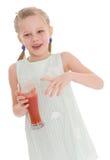 Mała dziewczynka napoju smakowity czerwony pomidorowy sok Obrazy Royalty Free