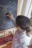 Mała dziewczynka obraz kwitnie na blackboard Fotografia Royalty Free
