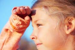 Mała dziewczynka patrzeje daleko od Obrazy Stock