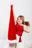 Mała dziewczynka patrzeje jak Santa elf Zdjęcia Royalty Free