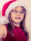 Mała dziewczynka patrzeje jak Santa elf Obrazy Royalty Free