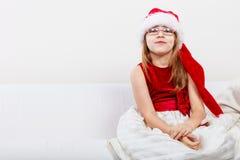 Mała dziewczynka patrzeje jak Santa elf Fotografia Royalty Free
