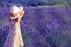 Mała dziewczynka patrzeje lawendowego pole Fotografia Stock