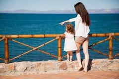 Mała dziewczynka patrzeje ocean Fotografia Royalty Free