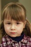 Mała dziewczynka patrzeje prosto naprzód Zdjęcia Stock