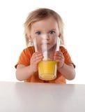Mała Dziewczynka pije sok Zdjęcie Royalty Free