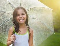 Mała dziewczynka pod parasolem w deszczowym dniu Obraz Stock