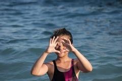 Mała dziewczynka pokazuje serce Zdjęcia Stock