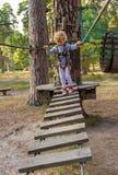 Mała dziewczynka pokonuje przeszkody Zdjęcia Royalty Free