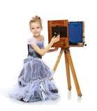 Mała dziewczynka pozuje blisko starej kamery Obrazy Stock