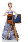 Mała dziewczynka pozuje blisko starej kamery Zdjęcia Royalty Free