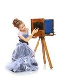 Mała dziewczynka pozuje blisko starej kamery Zdjęcie Stock